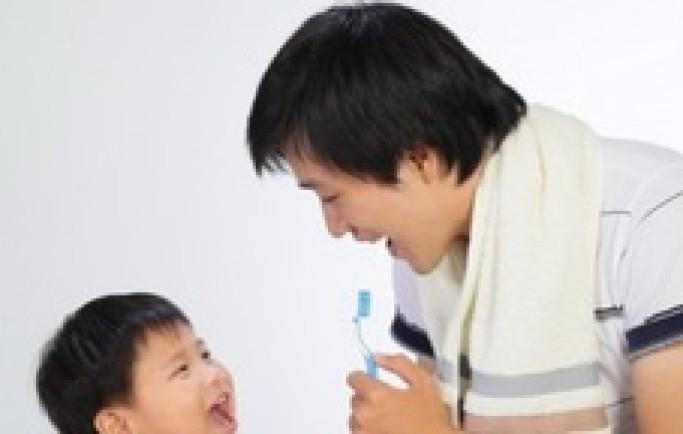 Trẻ bị sâu răng do không được dạy đánh răng đúng cách từ nhỏ
