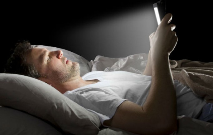 3 tác hại cực kỳ nguy hiểm từ việc sử dụng điện thoại quá khuya