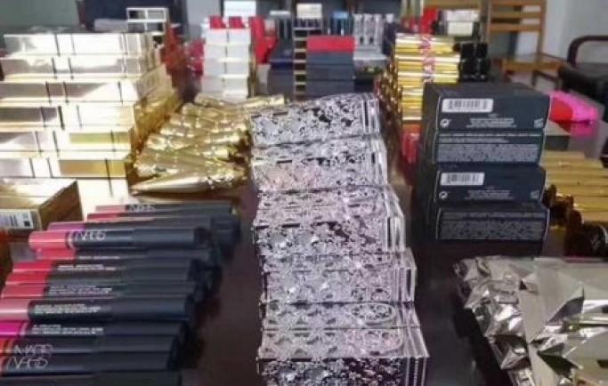 Biển thủ 290.000 USD để mua son, quần áo và