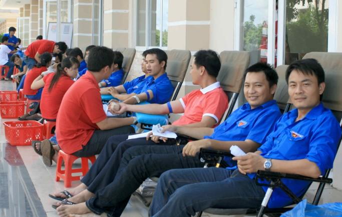 Thanh niên tình nguyện san sẻ những giọt máu nghĩa tình với bệnh nhân