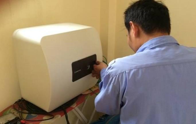 Thợ sửa điện nước nhiệt tình và chu đáo trong khi đang làm việc