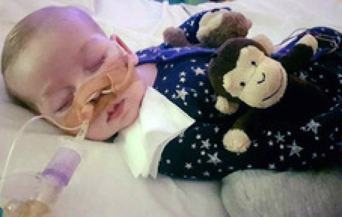 Bệnh viện đề nghị rút thiết bị hỗ trợ sống của bé trai 8 tháng tuổi